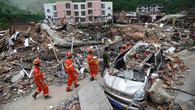 Helfer in einem zerstörten Gebiet.