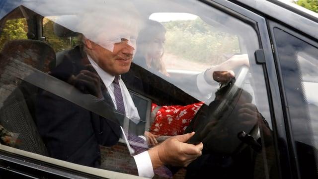 Boris Johnson am Steuer eines Autos.
