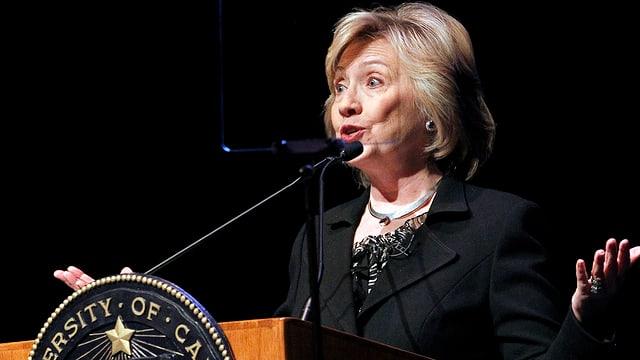 Hillary Clinton am Rednerpult der University of California