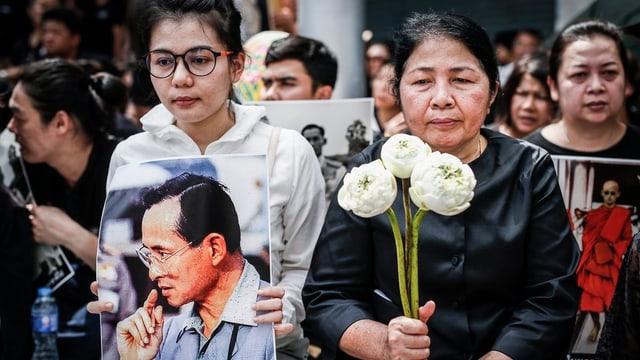 Persunas ch'èn en cordoli en Tailanda suenter la mort da lur retg.