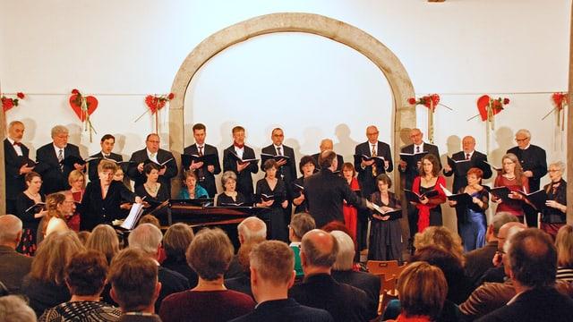 Konzertaufführung der Vokalisten, im Vordergrund zahlreiches Publikum