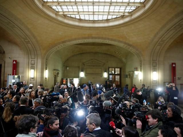 Aufnahme von Prozessbeginn am 24. Januar. Journalisten versammeln sich im Gerichtsgebäude.