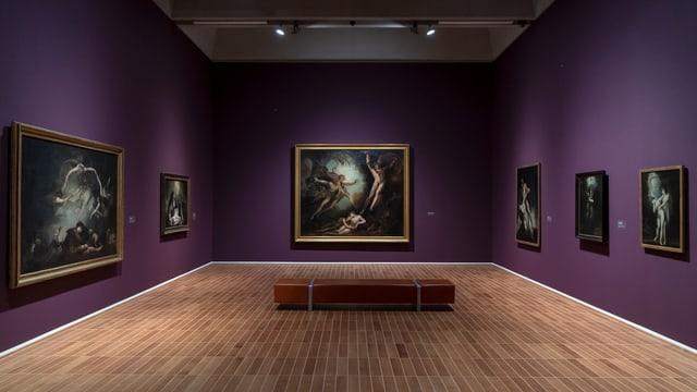 violetter Ausstellungsraum, heller Holzboden, grossformatige Ölgemälde von Füssli