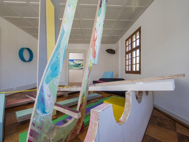 Blick in die Rauminstallation von Maria Zgraggen und Durchblick auf die Malerei von Stéphane Belzère.