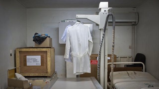 Blick in den Lager- und Schlafraum eines Zentrums für medizinische Bildgebung in Afrika, wo ein defektes Röntgengerät als Kleiderständer genutzt wird.