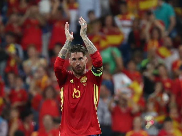 Sergio Ramos klatscht in Richtung Publikum.