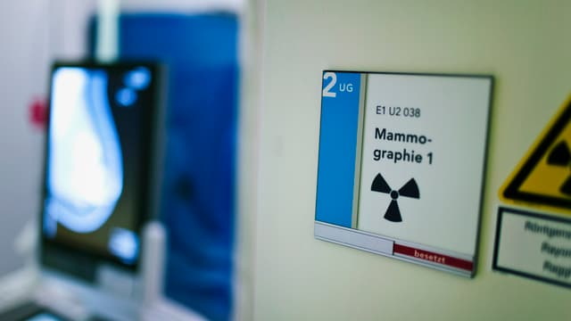 Blick in einen Untersuchungsraum für Brustkrebs-Screening mit dem Schild: Mammographie 1