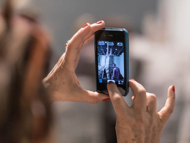 ältere Frauenhände machen mit Smartphone ein Foto