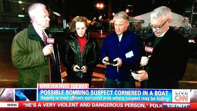 Screenshot von Journalisten auf CNN die in der Hand ihr Mikrofon und ihre Iphones halten.