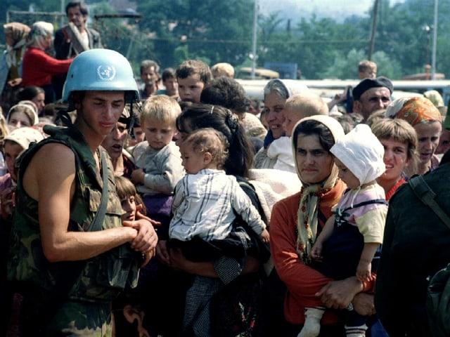 UNO-Soldat vor Dutzenden von Menschen