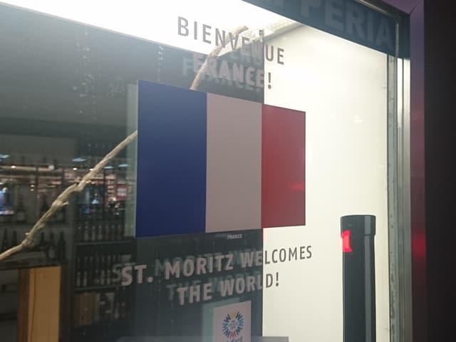 Die Flagge von Frankreich an einem Geschäft in St. Moritz