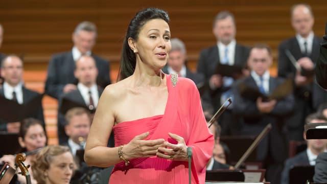 Die Sängerin Sara Mingardo an einem Auftritt in einem Konzertsaal.