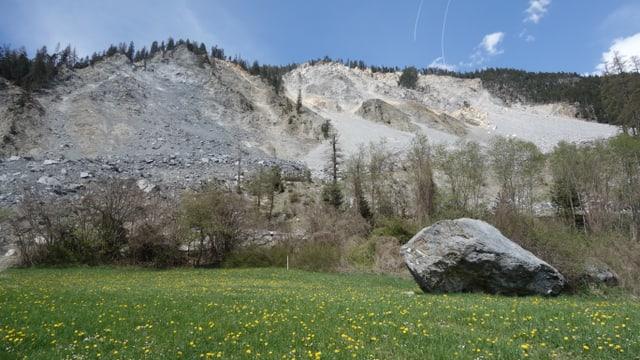 Vista sin la muntogna sur Brinzauls ch'è en moviment. In grond crap ch'è vegnì giu è anc da vesair.
