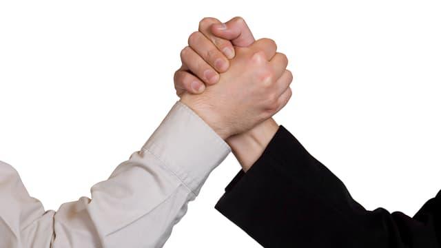 Zwei Hände, die gegeneinander drücken