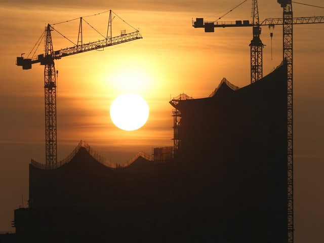 Elbphilharmonie bei Sonnenuntergang.