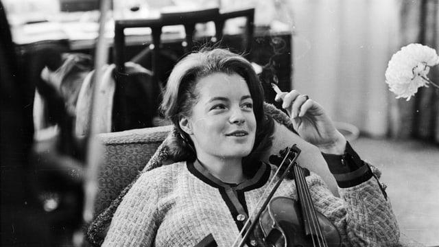 Frau mit Violine auf Sessel