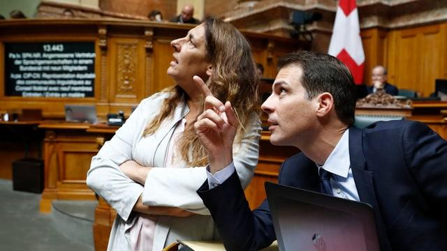 Thierry Burkart diskutiert mit Jacqueline Badran.
