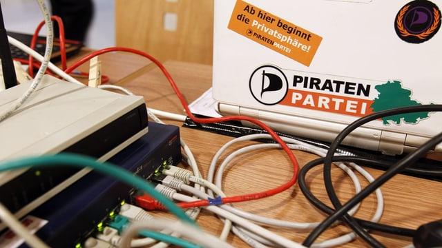 Computer mit Piratenpartei-Logo.
