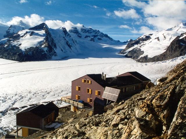 Blick auf die Konkordiahütte in den Berner Alpen