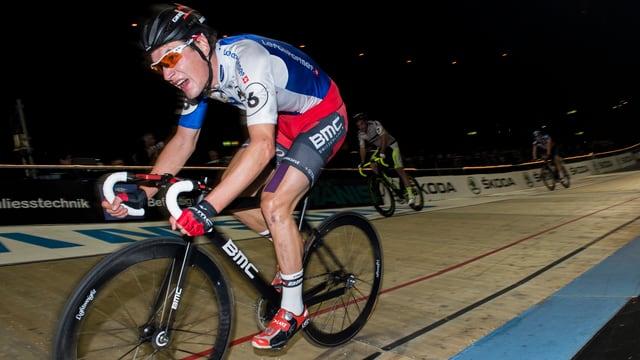 Radrennfahrer Silvan Dillier fährt sehr angestrengt mit dem Velo in der Bahn