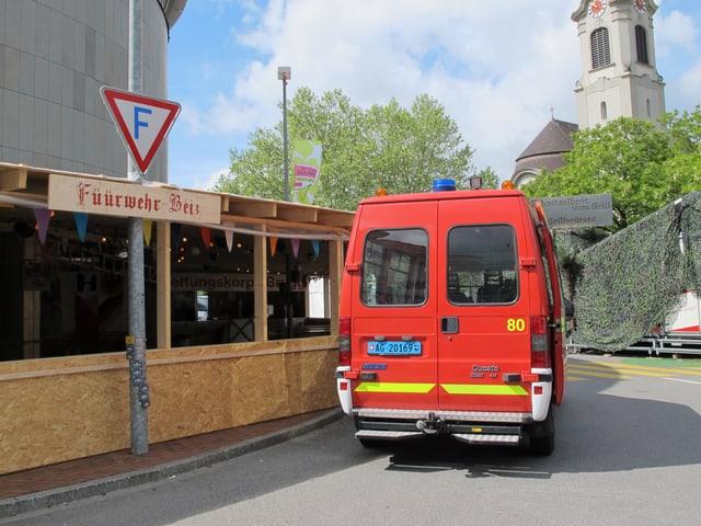 Feuerwehrauto, dass vor Beizli steht