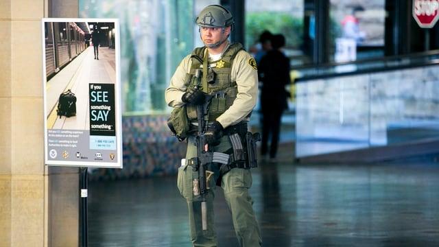 Ein Mitglied einer Anti-Terroreinheit der Polizei patrouilliert vor einer Sportveranstaltung in Los Angeles.