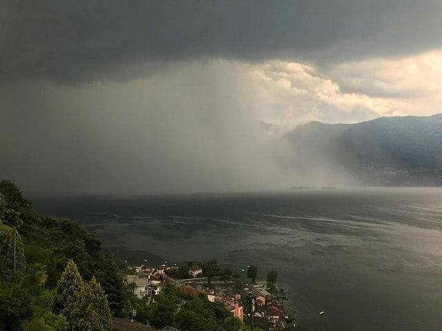 Regenfront breitet sich über einen See aus