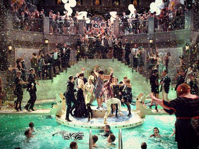 Filmszene aus «The Great Gatsby»: Blick über ein pompöses Fest, das an eine TV-Show erinnert.
