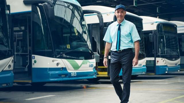 Ein VBZ-Angestellter in dunkelblauer Hose, hellblauem Hemd, blau - hellblauer Krawatte und blauer Mütze.