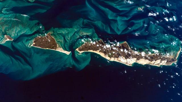 Sicht aus dem Weltall auf die Erde, eine Gruppe von Inseln im Meer.
