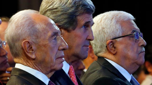 Israels Präsident Shimon Peres, US-Aussenminister John Kerry und Palästinenser Präsident Mahmoud Abbas im Profil.
