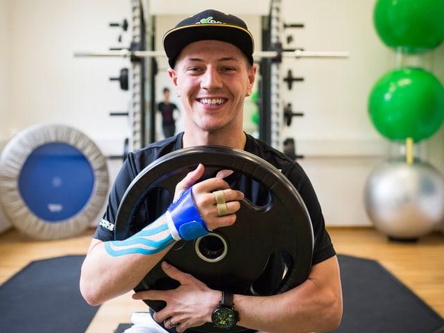 Dominique Aegerter mit einem Gewicht während seiner Reha.