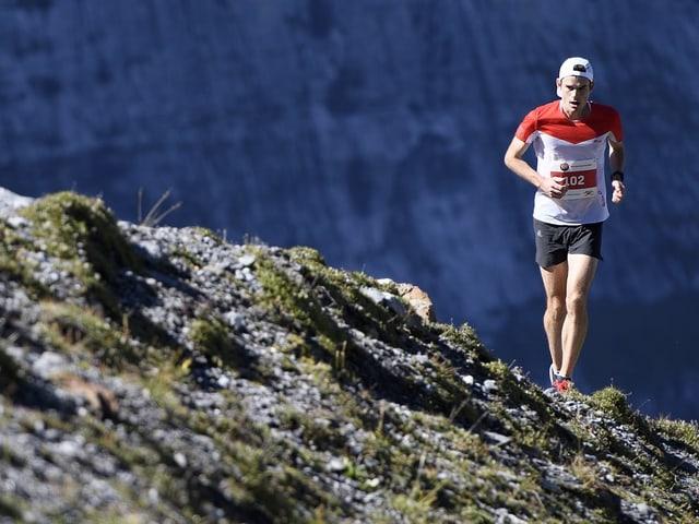 Robbie Simpson rennt bergauf.