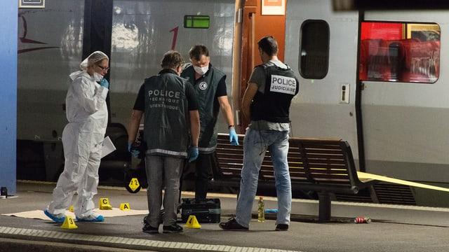 Polizeibeamte stehen am Tag des Angriffs vor dem Thalys-Zug