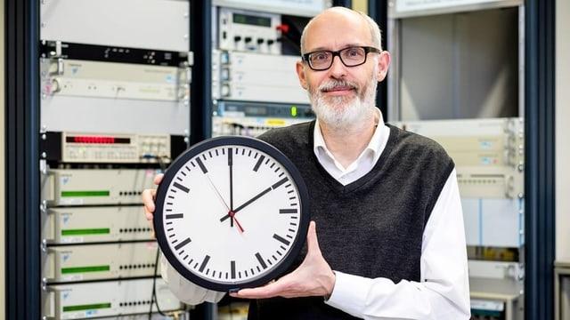 Jürg Niederhauser da l'Institut federal da metrologia cun in'ura.