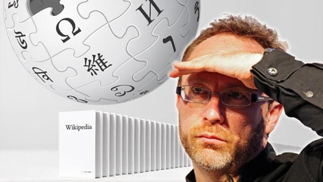 Collage: Gründer Jimmy Wales schaut auf eine lange Bücherreihe, die mit WIKIPEDIA angeschrieben ist.