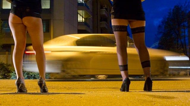 Beine von zwei Prostituierten