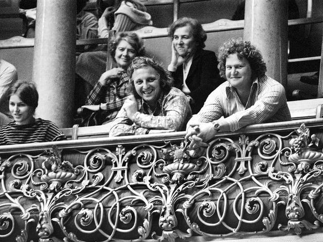 Willi Ritschard und Peter Bichsel im Bundeshaus auf der Tribüne.