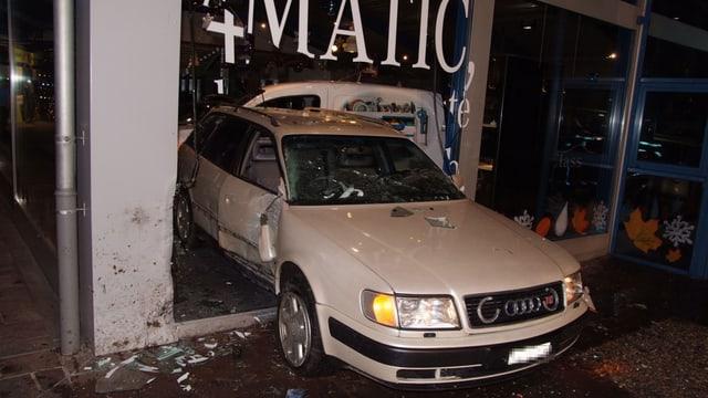 Auto im Schaufenster des Autogeschäfts