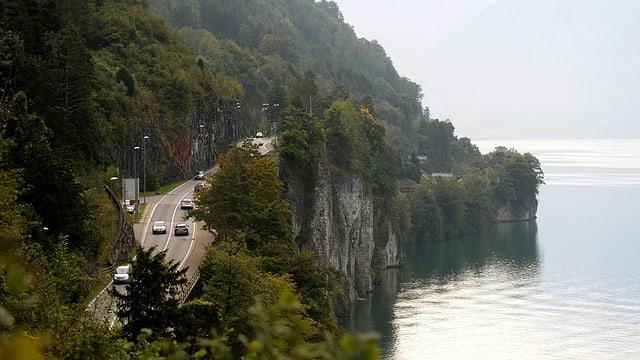 Die kurvige Axenstrasse mit Blick auf den Vierwaldstättersee