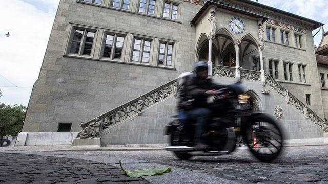 Eine Harley 883 Sportster donnert vor dem Rathaus vorbei.