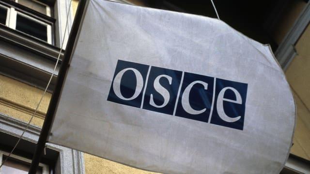 Fahne mit OSCE-Logo drauf