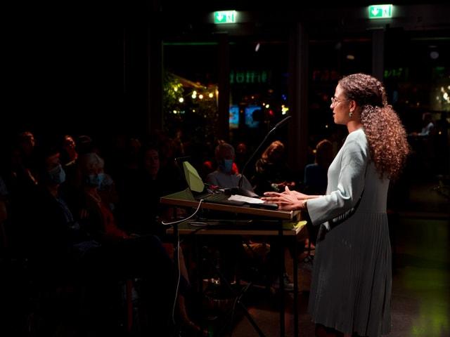 Pflegefachfrau Cevincia Singleton hält einen Vortrag vor Publikum.