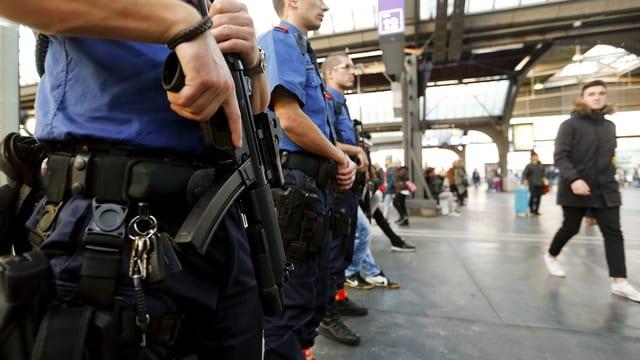bewaffnete Polizisten im Hauptbahnhof Zürich