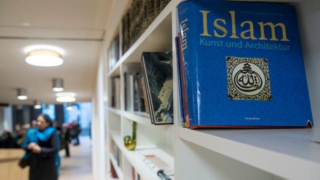 Ein Buch über islamische Kunst und Kultur steht in einem Regal.
