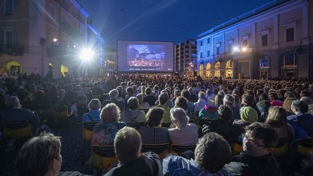 Filmprojektion im freien mit Publikum.