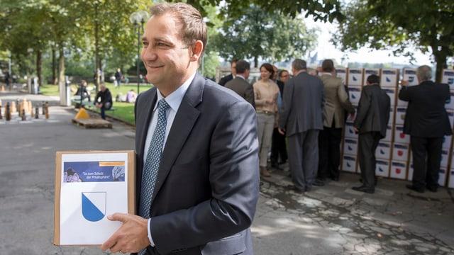 Thomas Matter auf der Bundesterrasse trägt eine Schachtel mit Unterschriften aus Zürich.