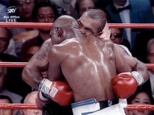 Mike Tyson (rechts) beisst Evander Holyfield ein 1,5 cm langes Ohrstück ab.