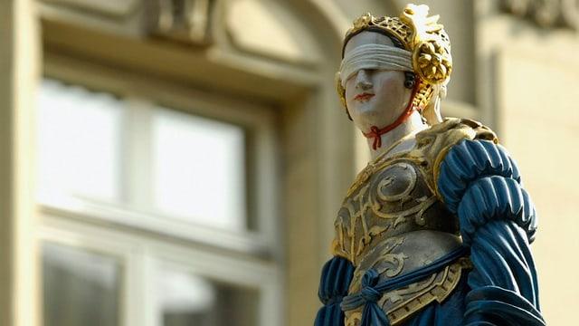 Eine Justitia-Figur: Frau mit verbundenen Augen