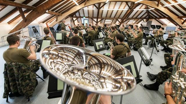 Soldaten mit Musikinstrumenten.